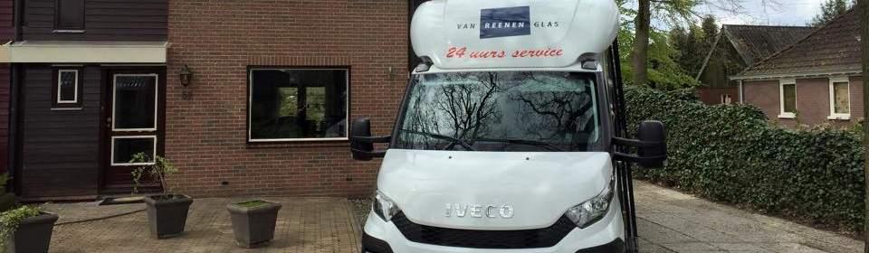 Busje Van Reenen en woning met isolatieglas