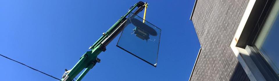 Plaatsen van nieuw glas na stormschade