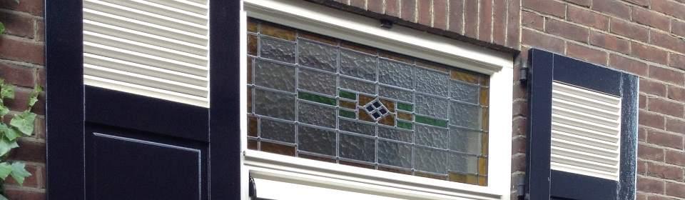 Glas-in-lood raam geplaatst